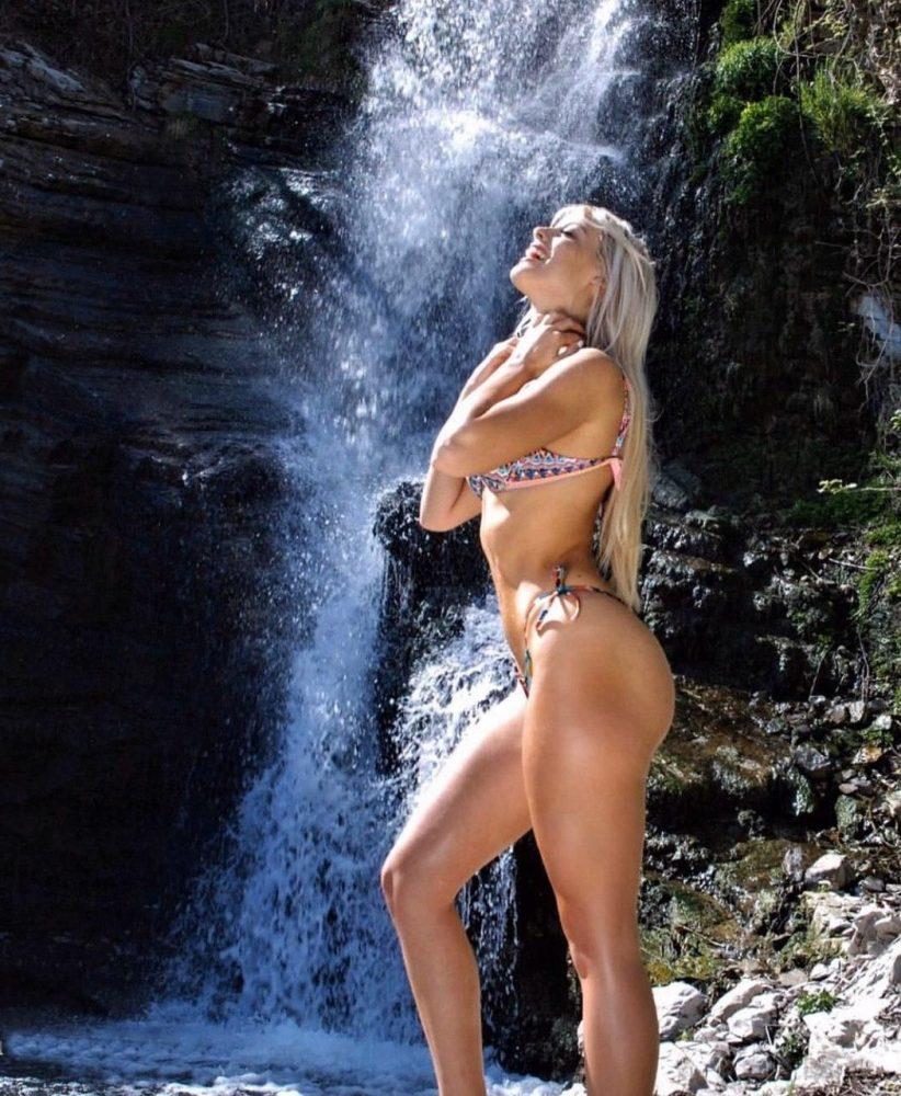 Asia Valente doccia hot