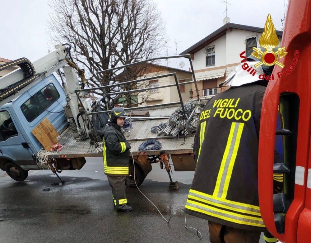 camion ribaltato a Castiglione Vigili del fuoco