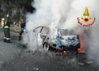 Besozzo: auto in fiamme, fiamme spente