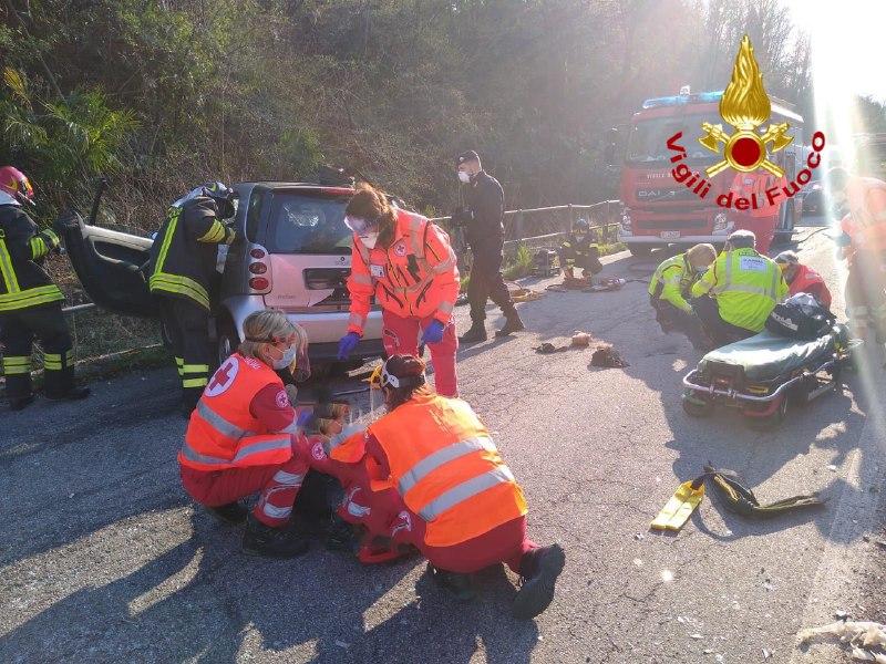Castelveccana (Va), via Galileo Galilei incidente stradale.